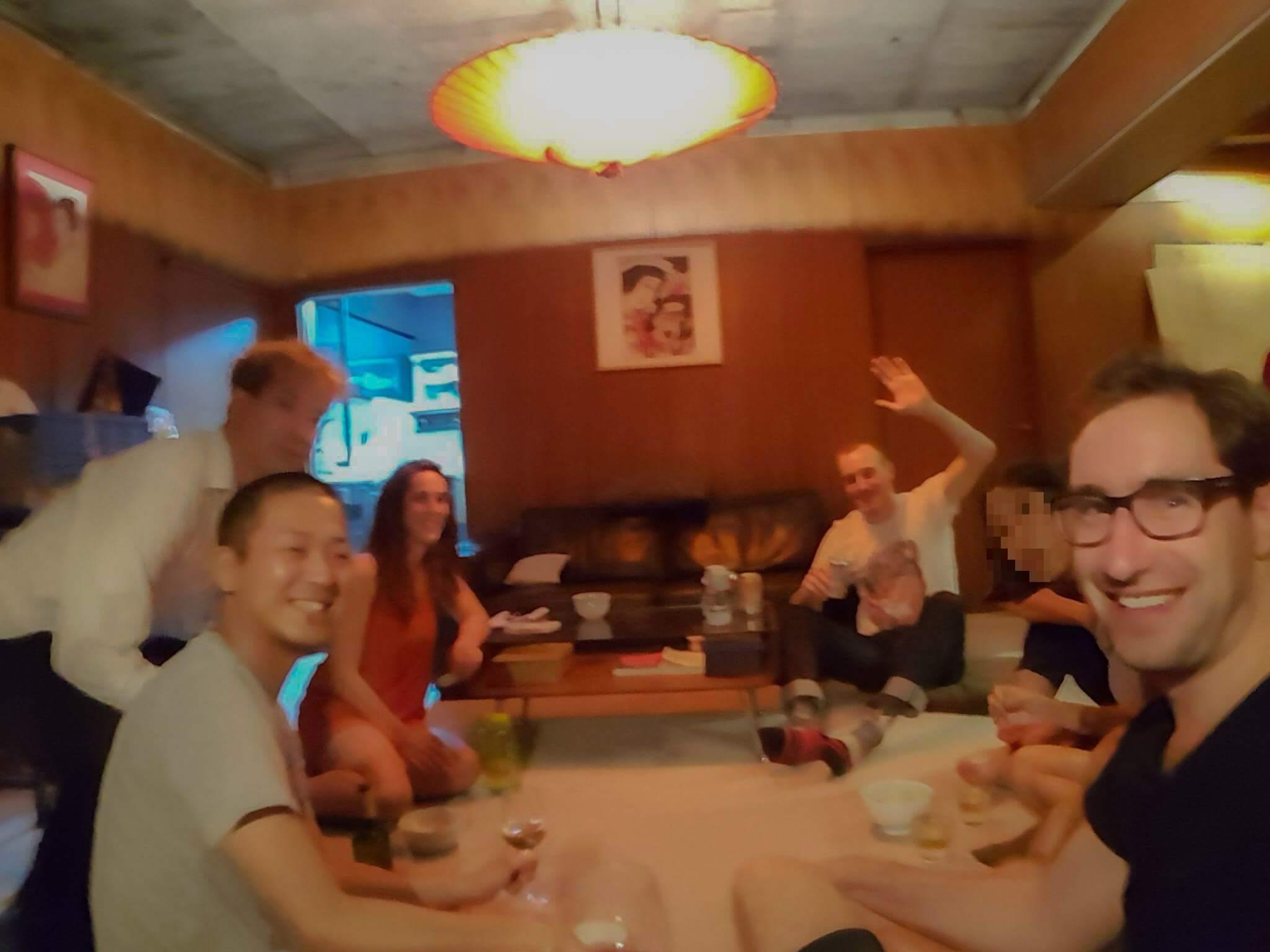 東京のAirbnbで友達になった外国人との集合写真
