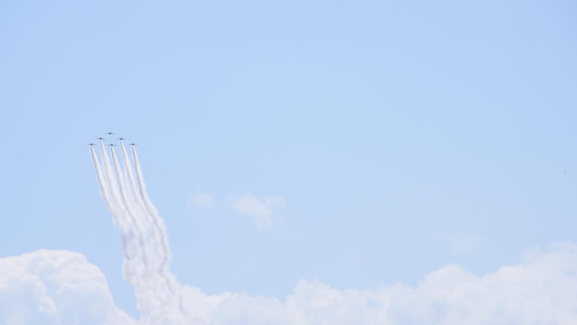 瀬戸大橋上空を飛来するブルーインパルスの写真
