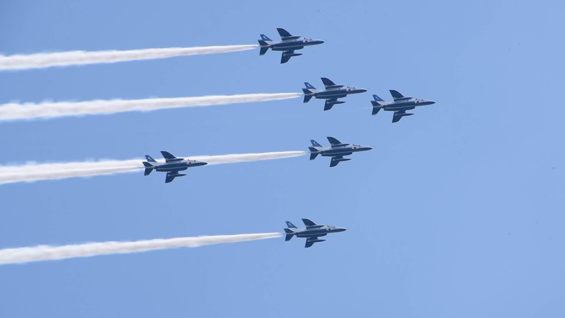 瀬戸大橋開通30周年記念式典でブルーインパルスが飛行する様子