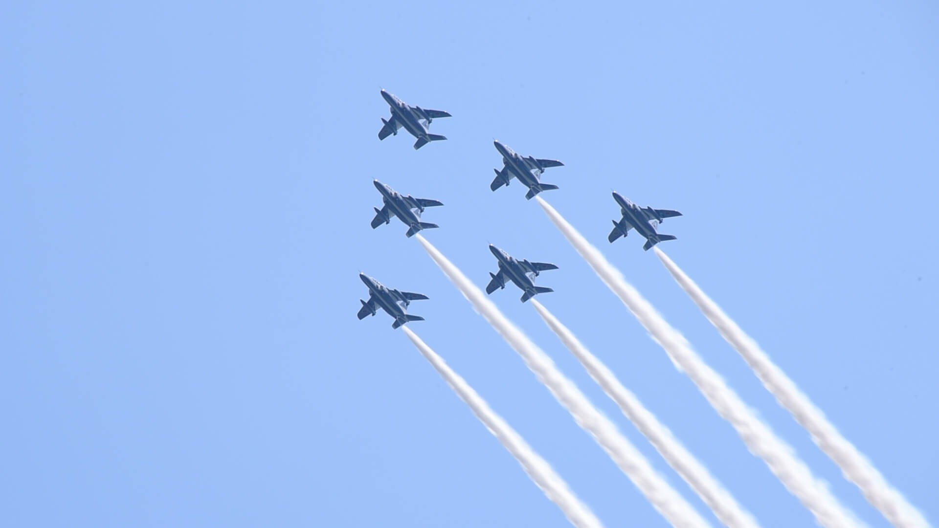 倉敷市上空を飛行する航空自衛隊の飛行機の写真