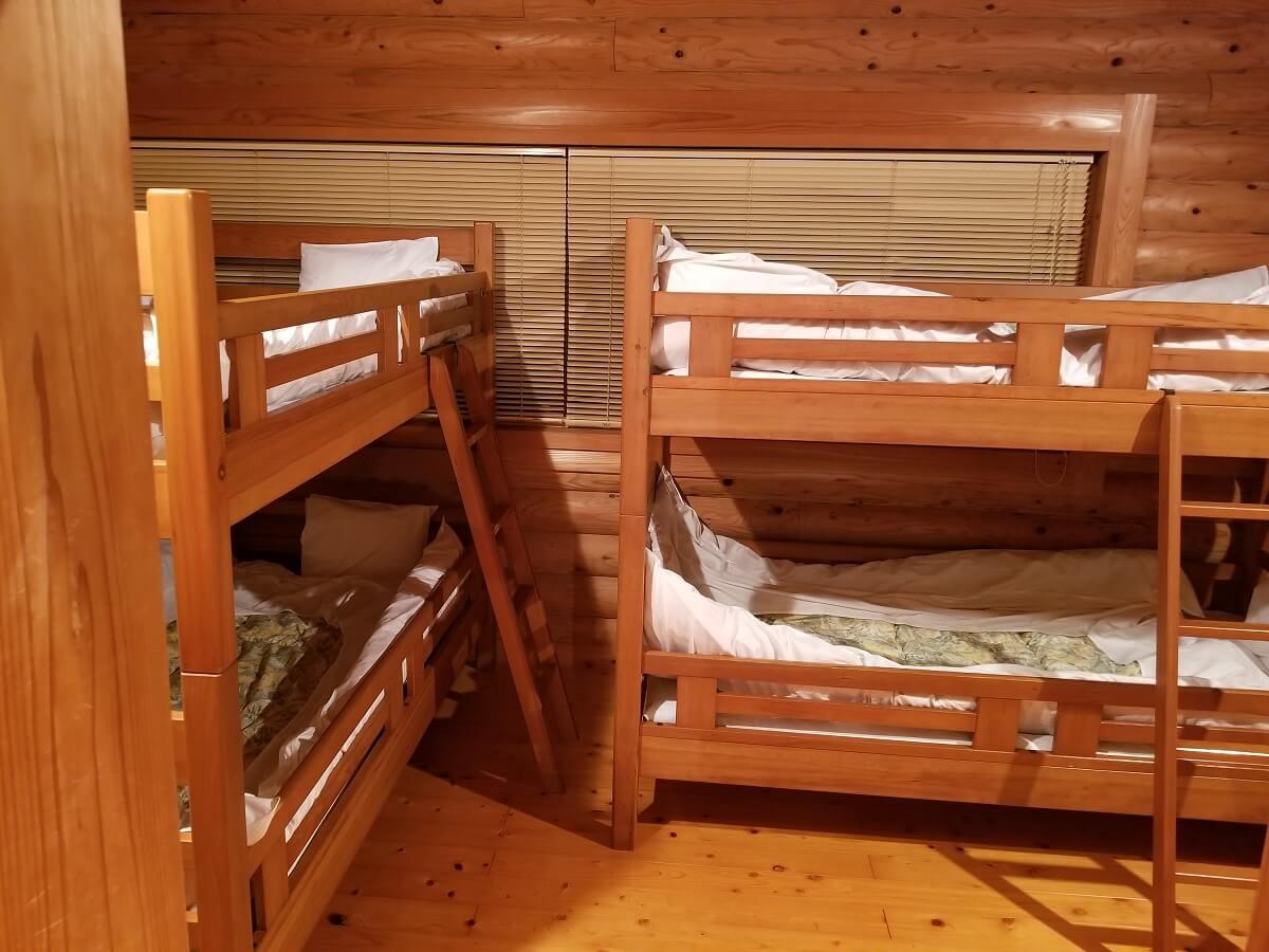 2段ベッドが2つ置いてある広い部屋の写真