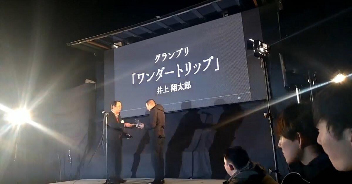 サダワン表彰式でグランプリの賞金とトロフィーを受け取る様子